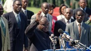 Joseph Kabila est arrivé au pouvoir après l'assassinat de son père, Laurent-Désiré Kabila, rebelle devenu chef d'État par la force des armes en chassant le dictateur Mobutu Sese Seko en mai 1997.