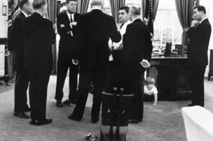 Kennedy'nin oğlu John Jr, oval ofiste oyun oynuyor