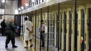 Preso é retirado de sua cela em prisão americana