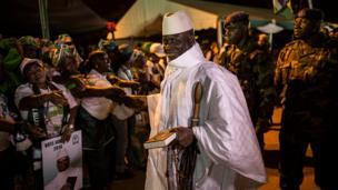 Le président Yahya Jammeh, de l'APRC (Alliance Patriotique pour la Réorientation et la Construction), était souriant lorsqu'il a été accueilli par ses partisans lors d'un rassemblement de campagne à Brikama, le 24 novembre 2016