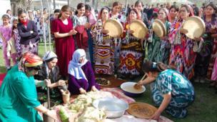 Tajik girls accompanied by singers in traditional dresses watch preparation of Sumalak/ Тажик кыздар улуттук кийимчен бийчи жана ырчылар менен бирге Сүмөлөк бышырылышын көрүүгө чогулган,