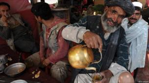 Day labourers have their breakfast at a Kabul market