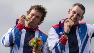 Tim Baillie and Etienne Stott with their gold medals