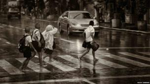 Children cross the road in Bangkok