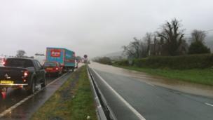 Llifogydd ar yr A55 ger Bangor, Gwynedd