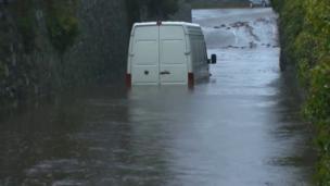 Fan yn sownd ym Mhenygroes, Gwynedd.