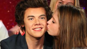 A confused fan kisses the Harry waxwork.