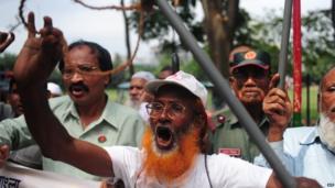 Demonstrators outside the International Crimes Tribunal court in Dhaka on 9 May 2013.