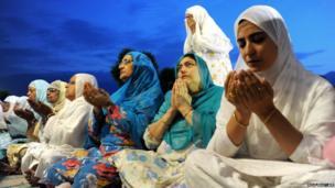 Kashmiri Muslim women pray