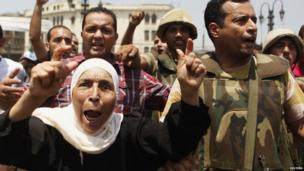 Supporters of the interim government installed by the army cheer soldiers near the al-Fath mosque on Ramses Square in Cairo (17 August 2013)
