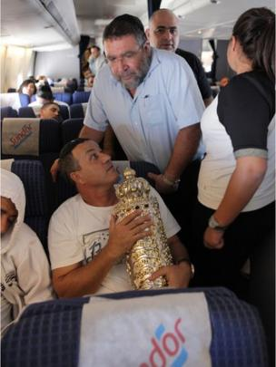 Israeli pilgrim holds case containing a new Torah scroll (photograph by Noam Sharon)