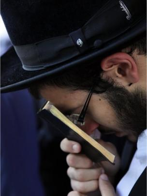 Pilgrim in prayer (photograph by Noam Sharon)