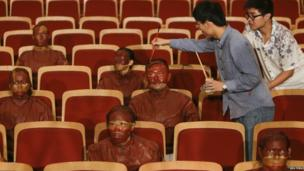 Liu Bolin gets pointed for his Red Theatre project (13 September 2013)