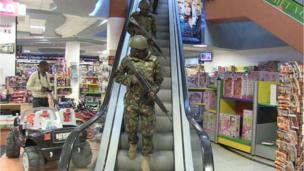 Military forces take position inside a shopping mall following an attack by masked gunmen in Nairobi (21 September 2013)