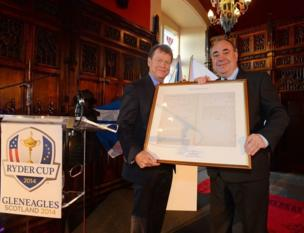 USA Captain Tom Watson is presented with a framed copy of the rules of golf by Scottish First Minister Alex Salmond in the Great Hall at Edinburgh Castle