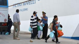 A group of migrants who arrived in Lampedusa few days ago transferred to a boat heading to Sicily (4 Oct. 2013)