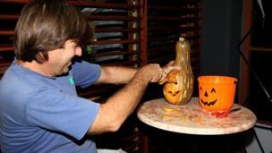 A man carves a gourd in Havana (October 2013)