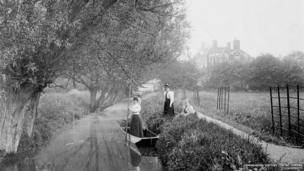 Ladies punting on the River Cherwell