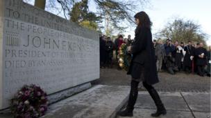 Tatiana Schlossberg laying a wreath at the John F Kennedy memorial in Surrey