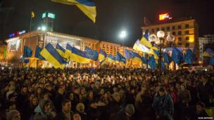 Hundreds of protesters with Ukrainian flags in Kiev, Ukraine. Photo: Oleg Artiukh