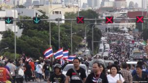 Hundreds of protesters stream across Bridge in Bangkok. Photo: Warisa Intaratana