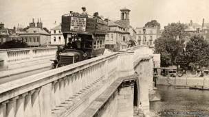 A B-type bus on Richmond Bridge