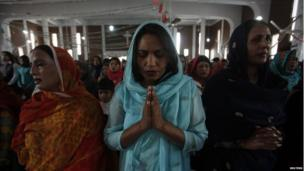 Pakistani Christians celebrate Mass on Christmas day in All Saints Church in Peshawar on 25 December, 2013