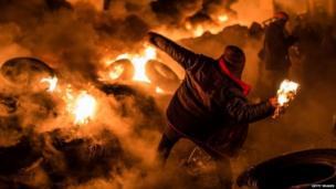 Protester throws petrol bomb in Kiev (25 January 2013)