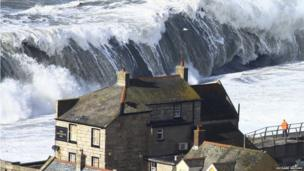 A huge wave heads towards Cove House Inn in Chiswell