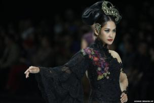 Models show creations by Anne Avantie during the Indonesia Fashion Week 2014 in Jakarta, Indonesia, Sunday, Feb 23, 2014.