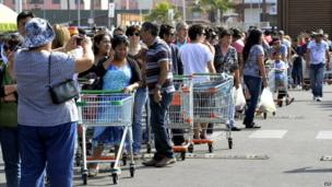 People queue at a major grocery store in Iquique -3 April 2014