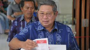 Indonesian President Susilo Bambang Yudhoyono casts ballot papers at a polling station during the legislative election in Jakarta on 9 April, 2014