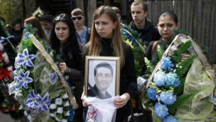 Relatives of Volodymyr Rybak carry his picture and wreaths during his funeral in the village of Horlivka (24 April 2014)