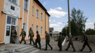 Armed pro-Russia militia men enter a polling station before voting during a referendum in the eastern Ukrainian city of Slaviansk May 11, 2014