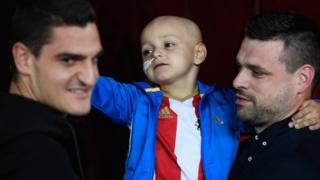 Bradley Lowery with dad Carl and Sunderland goalkeeper Vito Mannone