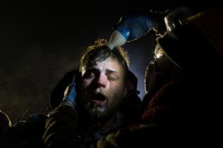 Một người đàn ông được đổ sữa lên mặt sau khi bị xịt tiêu cay tại điểm chặn của cảnh sát ở đường cao tốc 1806 gần Cannon Ball, North Dakota ngày 20/11/2016