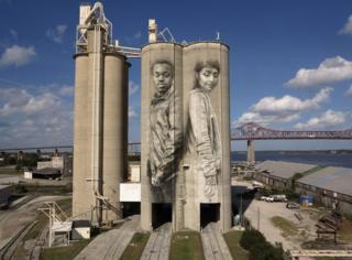 Florida'nın Jacksonville kentindeki bu resimde iki aktivist görülüyor. Biri duyma engelli Connel, diğeri de Filistin kökenli Amerikalı Sara.