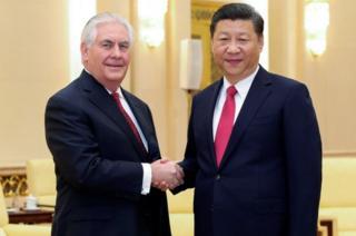 习近平(右)与蒂勒森(左)在人民大会堂握手(19/3/2017)