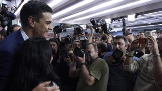Pedro Sanchez poses for photographers after the election results are announced (20 Dec 2015)
