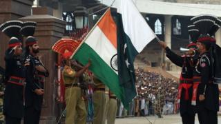 نیروهای هند و پاکستان در مرز دو کشور (مراسم تشریفاتی)