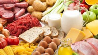 Pan, leche, huevos, papas, salchichas y otros productos alimenticios
