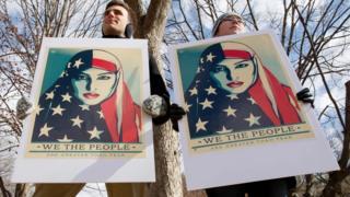 トランプ氏の新しい入国禁止命令に反対しホワイトハウス前で抗議する人たち(11日)
