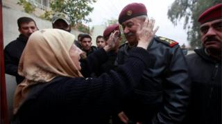 Civilians welcome Iraqi security forces in Mosul (30/11/16)