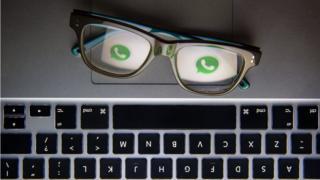 Unos lentes con el ícono de WhatsApp