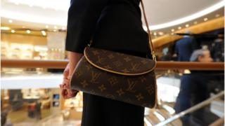Louis Vuitton handbags 'cheapest in London' after Brexit vote | BBC News