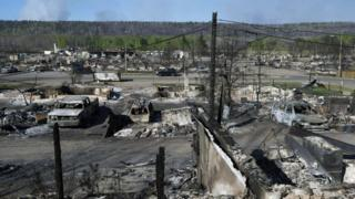 Canada oil workers flee wildfire