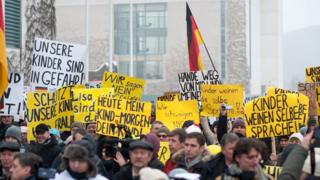 Demonstrators outside the German chancellery in Berlin (23 January 2016)