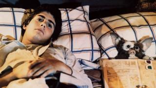 Zach Galligan with Gizmo in Gremlins (1984)