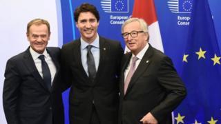 ژان کلود یونکر رئیس کمیسیون اتحادیه اروپا، جاستین ترودو نخست وزیر کانادا و دونالد تاسک رئیس شورای اروپایی پس از امضای توافق