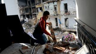 Man searches wreckage in Diyarbakir (14 Jan)